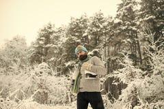 Άτομο στο θερμικό σακάκι, γενειάδα θερμή το χειμώνα στοκ εικόνα με δικαίωμα ελεύθερης χρήσης
