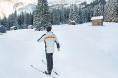 Άτομο στο διαγώνιο σκι χωρών στα χιονισμένα βουνά Στοκ εικόνες με δικαίωμα ελεύθερης χρήσης