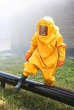 Άτομο στο κίτρινο χημικό κοστούμι Στοκ φωτογραφία με δικαίωμα ελεύθερης χρήσης