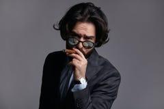 Άτομο στο καπνίζοντας πούρο κοστουμιών Στοκ φωτογραφία με δικαίωμα ελεύθερης χρήσης
