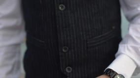 Άτομο στο κλασσικό κοστούμι που εξετάζει το ρολόι του σε ετοιμότητα του Το άτομο έχει ένα δαχτυλίδι γάμου σε ετοιμότητα του Προσο φιλμ μικρού μήκους