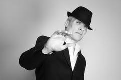 Άτομο στο κοστούμι και το μαύρο καπέλο Στοκ Φωτογραφίες