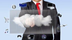 Άτομο στο κοστούμι που έχει πρόσβαση στο περιεχόμενο μέσων μέσω του υπολογισμού σύννεφων στοκ φωτογραφία με δικαίωμα ελεύθερης χρήσης