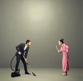 Άτομο στο κοστούμι που κρατά την ηλεκτρική σκούπα Στοκ εικόνα με δικαίωμα ελεύθερης χρήσης