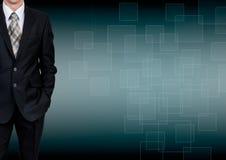 Άτομο στο κοστούμι σε ένα υπόβαθρο κλίσης χρυσή ιδιοκτησία βασικών πλήκτρων επιχειρησιακής έννοιας που φθάνει στον ουρανό Στοκ φωτογραφία με δικαίωμα ελεύθερης χρήσης