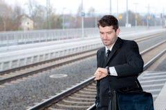 Άτομο στο κοστούμι στο επαγγελματικό ταξίδι στοκ εικόνα με δικαίωμα ελεύθερης χρήσης
