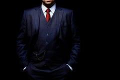 Άτομο στο κοστούμι στο μαύρο υπόβαθρο Στοκ Φωτογραφία