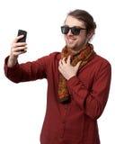 Άτομο στο κόκκινο πουκάμισο και γυαλιά ηλίου που κάνουν selfie στοκ εικόνα με δικαίωμα ελεύθερης χρήσης