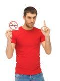 Άτομο στο κόκκινο πουκάμισο με το σημάδι απαγόρευσης του καπνίσματος Στοκ φωτογραφία με δικαίωμα ελεύθερης χρήσης
