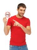 Άτομο στο κόκκινο πουκάμισο με το σημάδι απαγόρευσης του καπνίσματος Στοκ Φωτογραφίες