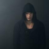 Άτομο στο μαύρο hoodie που κοιτάζει με βεβαιότητα στοκ φωτογραφίες με δικαίωμα ελεύθερης χρήσης