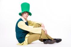 Άτομο στο μεγάλο πράσινο καπέλο Μάσκα ψαλιδίσματος του ST Patric Day απομονωμένος Στοκ φωτογραφίες με δικαίωμα ελεύθερης χρήσης