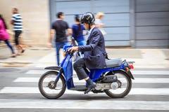 Άτομο στο μοτοποδήλατο Στοκ φωτογραφία με δικαίωμα ελεύθερης χρήσης
