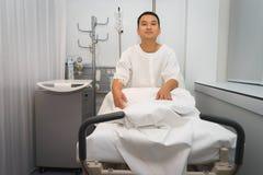 Άτομο στο νοσοκομειακό κρεβάτι στοκ εικόνες