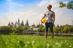 Άτομο στο πάρκο με την κίτρινη σφαίρα Στοκ Φωτογραφία