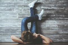 Άτομο στο πάτωμα που μιλά στο τηλέφωνο Στοκ φωτογραφία με δικαίωμα ελεύθερης χρήσης