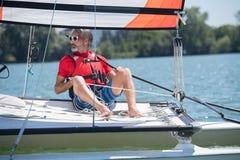 Άτομο στο πλέοντας σκάφος Στοκ εικόνες με δικαίωμα ελεύθερης χρήσης