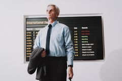 Άτομο στο πουκάμισο με την τσάντα στον αερολιμένα στη αίθουσα αναμονής στοκ εικόνες