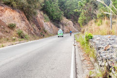 Άτομο στο ποδήλατο στις ορεινές περιοχές της Γουατεμάλα Στοκ Εικόνες