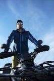 Άτομο στο ποδήλατο τετραγώνων ATV στο δρόμο βουνών Στοκ Φωτογραφία