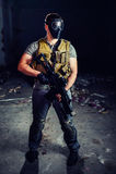 Άτομο στο πολυβόλο εκμετάλλευσης στρατιωτικών στολών Στοκ φωτογραφία με δικαίωμα ελεύθερης χρήσης