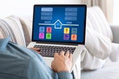 Άτομο στο σημειωματάριο lap-top εκμετάλλευσης δωματίων με app το έξυπνο σπίτι Στοκ εικόνα με δικαίωμα ελεύθερης χρήσης