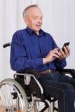Άτομο στο στρώνοντας με άμμο μήνυμα κειμένου αναπηρικών καρεκλών Στοκ Εικόνες