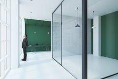 Άτομο στο σύγχρονο γραφείο Στοκ φωτογραφίες με δικαίωμα ελεύθερης χρήσης