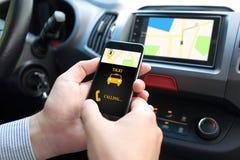 Άτομο στο τηλέφωνο εκμετάλλευσης αυτοκινήτων με app το ταξί και το χάρτη Στοκ εικόνα με δικαίωμα ελεύθερης χρήσης