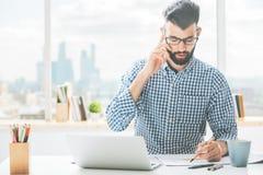 Άτομο στο τηλέφωνο που κάνει τη γραφική εργασία Στοκ φωτογραφίες με δικαίωμα ελεύθερης χρήσης