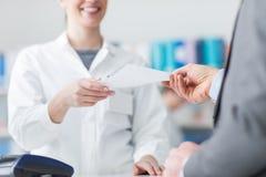 Άτομο στο φαρμακείο Στοκ Φωτογραφία