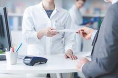 Άτομο στο φαρμακείο στοκ εικόνες