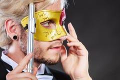 Άτομο στο φλάουτο παιχνιδιού μασκών καρναβαλιού Στοκ Φωτογραφίες