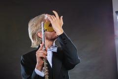Άτομο στο φλάουτο παιχνιδιού μασκών καρναβαλιού Στοκ Εικόνα