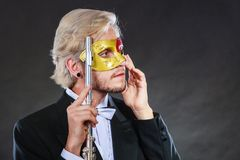 Άτομο στο φλάουτο παιχνιδιού μασκών καρναβαλιού Στοκ Φωτογραφία