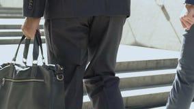 Άτομο στο χαρτοφύλακα δέρματος εκμετάλλευσης κοστουμιών, επιχειρησιακό ύφος πολυτέλειας, εξαρτήματα εμπορικών σημάτων απόθεμα βίντεο