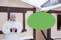 Άτομο στο χειμερινό παλτό δίπλα στο σημάδι Στοκ φωτογραφία με δικαίωμα ελεύθερης χρήσης