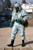 Άτομο στο χημικό κοστούμι προστασίας Στοκ εικόνα με δικαίωμα ελεύθερης χρήσης