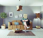 Άτομο στο δωμάτιο σχεδίου κουτιών από χαρτόνι Στοκ Φωτογραφία