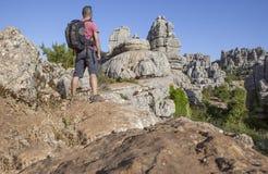Άτομο στο δύσκολο λόφο σε Torcal de Antequera, Ισπανία Στοκ Φωτογραφία
