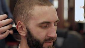Άτομο στο barbershop φιλμ μικρού μήκους