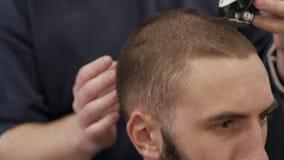 Άτομο στο barbershop απόθεμα βίντεο