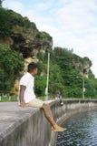 Άτομο στο seawall στις διακοπές Στοκ φωτογραφία με δικαίωμα ελεύθερης χρήσης