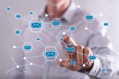 Άτομο σχετικά με ένα ηλεκτρονικό ταχυδρομείο σε μια οθόνη αφής Στοκ Φωτογραφίες