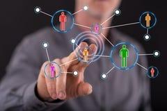 Άτομο σχετικά με ένα κοινωνικό δίκτυο μέσων στοκ εικόνες