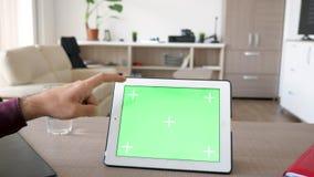 Άτομο σχετικά με μια ψηφιακή οθόνη PC ταμπλετών με τη χλεύη χρώματος επάνω σε το φιλμ μικρού μήκους