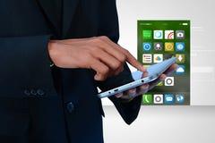 Άτομο σχετικά με τα app εικονίδια στην ψηφιακή ταμπλέτα Στοκ φωτογραφία με δικαίωμα ελεύθερης χρήσης