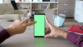 Άτομο σχετικά με την οθόνη smartphone με τη χλεύη χρώματος επάνω σε το απόθεμα βίντεο