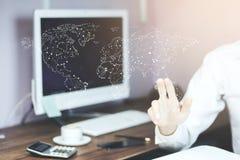 Άτομο σχετικά με τον εικονικό παγκόσμιο χάρτη με το χέρι Στοκ Εικόνα