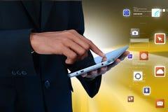 Άτομο σχετικά με app τα εικονίδια στην ψηφιακή ταμπλέτα Στοκ φωτογραφία με δικαίωμα ελεύθερης χρήσης